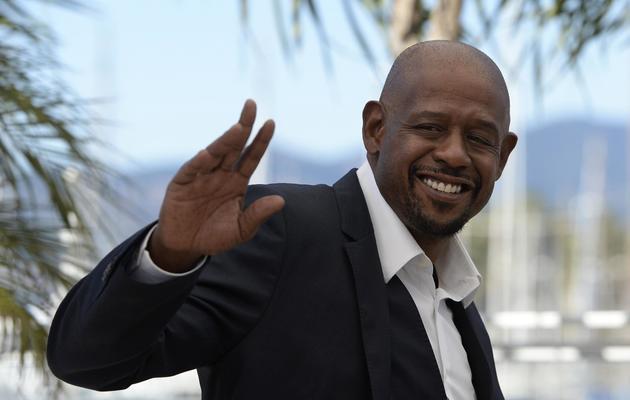 """L'acteur américain Forest Whitaker salue les journalistes, le 26 mai 2013 à Cannes pour la présentation du film """"Zulu"""" [Anne-Christine Poujoulat / AFP]"""