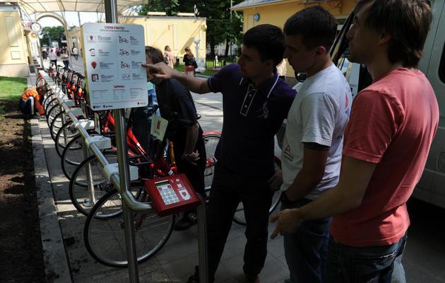 Des Moscovites observent les nouveaux vélos en libre-service à Moscou le 30 mai 2013 [Andrey Smirnov / AFP]
