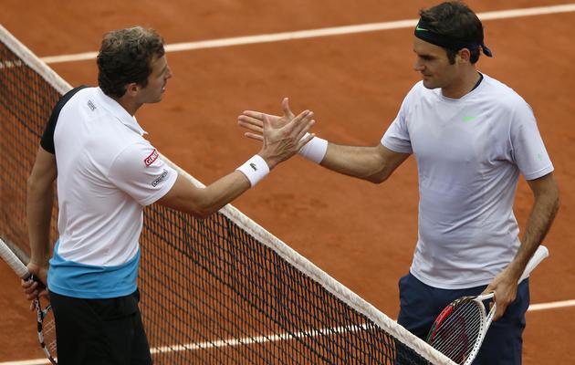 Poignée de main entre le Français Julien Benneteau et Roger Federer à l'issue du match remporté par le Suisse, le 31 mai 2013 à Roland-Garros [Patrick Kovarik / AFP]