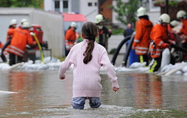 Une petite fille dans le centre-ville inondé de Veringenstadt, au sud de l'Allemagne, le 1er juin 2013 [Felix Kästle / DPA/AFP]