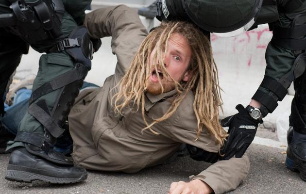 Un manifestant est interpellé par des policiers à Francfort, le 1er juin 2013 [Boris Roessler / DPA/AFP]