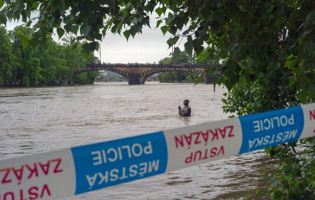 Une statue bientôt recouverte par une rivière en crue, à Prague le 2 juin 2013 [Michal Cizek / AFP]