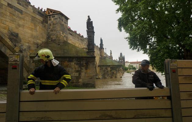 Des pompiers installent des barrières anti-inondations à Prague le 2 juin 2013 [Michal Cizek / AFP]