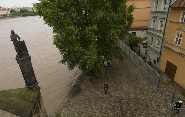 Des pompiers installent des barrières de métal et des sacs de sable contre les inndations le 2 juin 2013 à Prague [Michal Cizek / AFP]