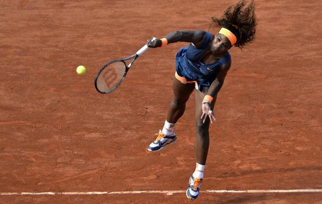 L'Américaine Serena Williams servant face à l'Italienne Sara Errani lors du tournoi de Roland Garros le 6 juin 2013 à Paris [Miguel Medina / AFP]