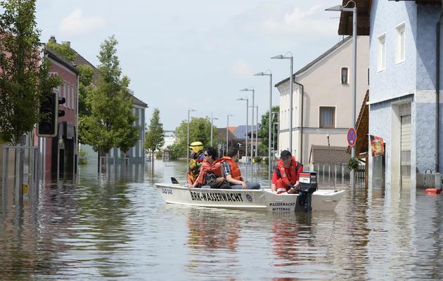 Des habitants sur un bateau dans les rues inondées du village de Fischerdorf près de Deggendorf, dans le sud de l'Allemagne, le 7 juin 2013 [Christof Stache / AFP]