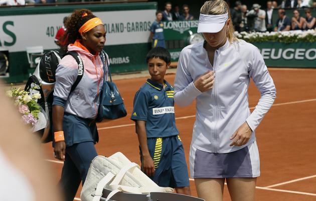 Serena Williams et Maria Sharapova à leur arrivée sur court Philippe Chatrier, pour la finale de Roland-Garros, le 8 juin 2013 [Patrick Kovarik / AFP]