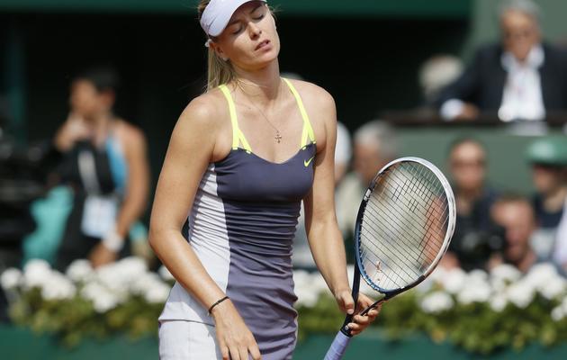La déception de la Russe Maria Sharapova après un point perdu face à l'Américaine Serena Williams, le 8 juin 2013 en finale de Roland-Garros. [Patrick Kovarik / AFP]