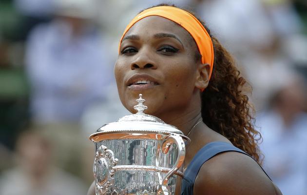 Serena Williams avec la Coupe Suzanne Lenglen récompensant la gagnante du tournoi de Roland-Garros le 8 juin 2013 à Paris [Thomas Coex / AFP]