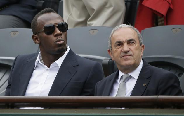 La star du sprint Usain Bolt, qui remettra le trophée au vainqueur de Roland Garros, avec le président de la FFT, Jean Gachassin [Kenzo Tribouillard / AFP]