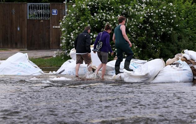 Un rue inondée en raison de la crue de l'Elbe le 9 juin 2013 à Magdebourg [Ronny Hartmann / AFP]