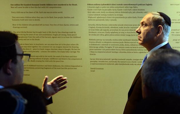 Le Premier ministre israélien Benjamin Netanyahu (d) assiste à l'inauguration d'une nouvelle exposition sur la Shoah sur le site de l'ancien camp nazi d'Auschwitz-Birkenau, le 13 juin 2013 [Janek Skarzynski / AFP]