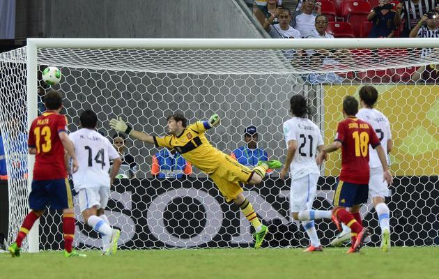 Le gardien espagnol Iker Casillas laisse passer le but marqué par l'attaquant uruguayen Luis Suarez, le 16 juin 2013 à la Coupe des Confédérations au Brésil [Daniel Garcia / AFP]