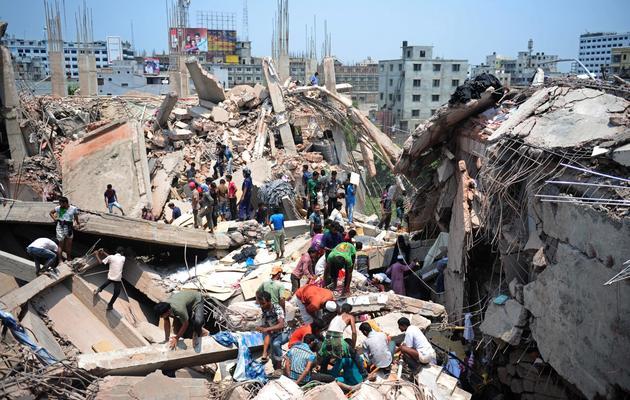 Des secouristes autour d'un immeuble effondré le 24 avril 2013 à Savar, dans la banlieue de Dacca [Munir Uz Zaman / AFP/Archives]