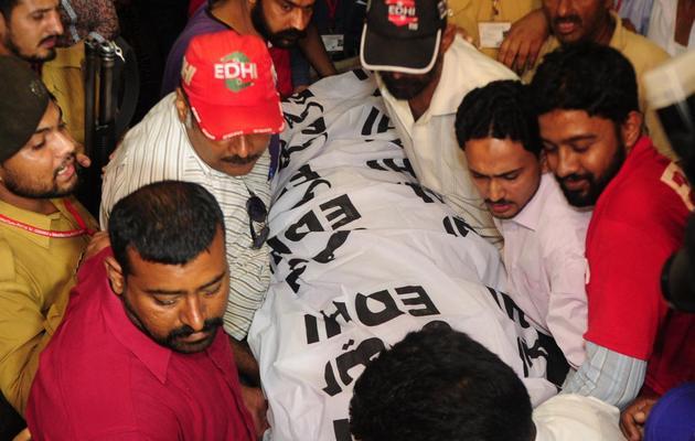Le corps de Zohra Hussein, vice-présidente de l'organisation féminine du PTI pour le Sindh, est transporté à Karachi, le 18 mai 2013 [Asif Hassan / AFP]