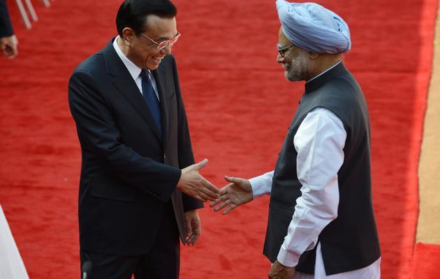 Le Premier ministre chinois, Li Keqiang et son homologue Manmohan Singh (d), le 20 mai 2013 à New Delhi [Roberto Schmidt / AFP]