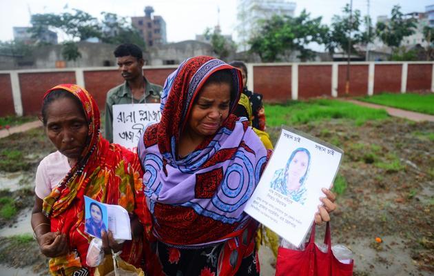 Des familles pleurent leurs proches le 21 mai 2013 à Savar [Munir Uz Zaman / AFP]