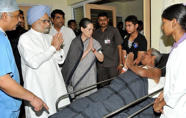 Photo officielle montrant le Premier ministre Manmohan Singh (2e g) et Sonia Gandhi (c) rendant visite à des blessés de l'attaque de Raipur, le 26 mai 2013 [ / PIB/AFP]