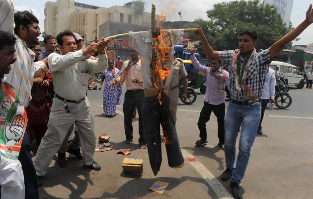 Des Indiens protestent contre l'attaque maoïste qui a fait samedi 24 morts, le 27 mai 2013 à Ahmedabad [Sam Panthaky / AFP]