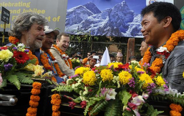 Les alpinistes Reinhold Messner (g), Phurba Tashi Sherpa (2e g), et Migma Sherpa (d) participent le 29 mai 2013 aux célébrations des 60 ans de l'ascension de l'Everest, à Katmandou [Prakash Mathema / AFP]