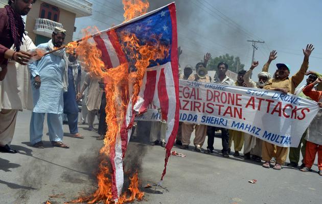 Des Pakistanais brûlent un drapeau des Etats-Unis, protestant contre les tirs de drones, le 30 mai 2013 à Multan [S.S Mirza / AFP]