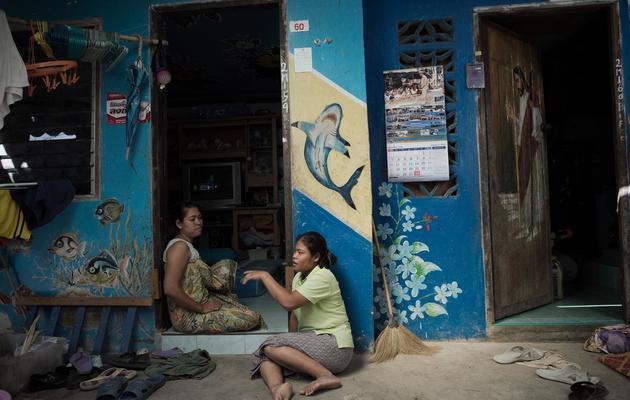 Des femmes de la minorité Chao Lay discutent sur le seuil de leur maison, le 16 février 2013 à Rawai, dans le sud de la Thaïlande [Nicolas Asfouri / AFP]