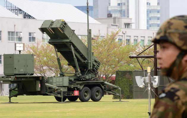 Un soldat japonais passe le 10 avril 2013, devant un lance-missile installé à Tokyo [Toru Yamanaka / AFP]