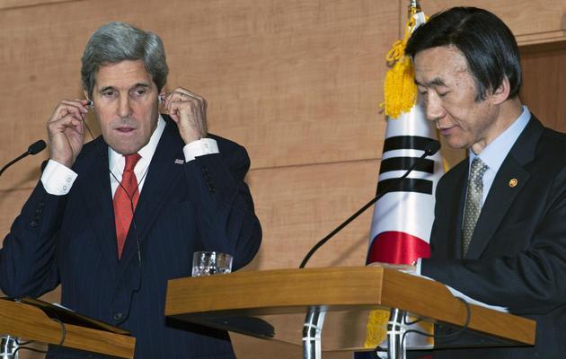 Le secrétaire d'Etat américain John Kerry et le ministre  sud-coréen des Affaires étrangères Yun Byung-se, le 12 avril 2013 à Séoul [Paul J. Richards / AFP]