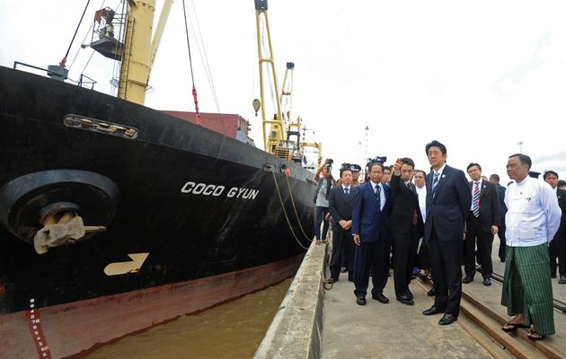 Le Premier ministre japonais Shinzo Abe (c) visite le terminal international du port de Thilawa, près de Rangoun, le 25 mai 2013 [Soe Than Win / AFP]