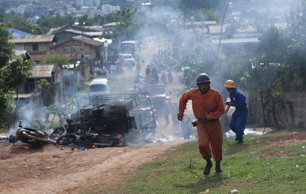 Des pompiers birmans en manoeuvre pour éteindre un incendie de Lashio, dans l'état du Shan, en Birmanie [Ye Aung Thu / AFP]