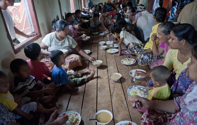 Des familles musulmanes ont trouvé refuge dans un monastère le 30 mai 2013 à Lashio, en Birmanie [Ye Aung Thu / AFP]