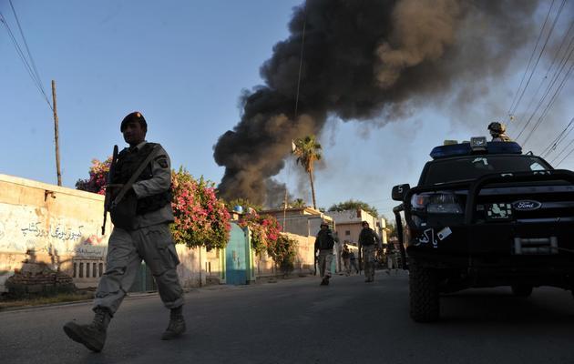 Des agents de sécurité patrouillent à Jalalabad, en Afghanistan, le 29 mai 2013 après une attaque visant la Croix Rouge [Noorullah Shirzada / AFP]