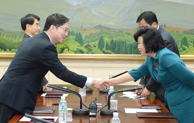 Le chef de la délégation sud-coréenne Chun Hae-Sung (g) salue son homologue nord-coréen Kim Song-Hye lors de discussions entre les deux Corées dans la zone démilitarisée de Panmunjom, le 10 juin 2013 [ / Ministère de la Réunification/AFP/Archives]