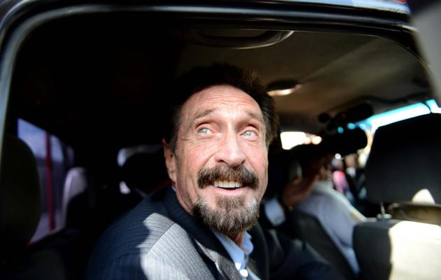 John McAfee, expulsé du Guatemala, arrive à l'aéroport Aurora pour rentrer aux Etats-Unis, le 12 décembre 2012 [Johan Ordonez / AFP]