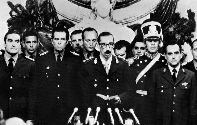 Le général Jorge Videla (c) prête serment le 29 mars 1976 comme 38e président de l'Argentine après un coup d'Etat mené la veille contre Isabel Péron [ / AFP/Archives]