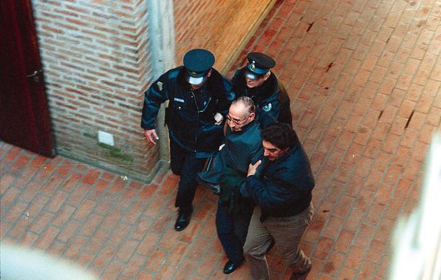 Jorge Videla emmené le 11 juin 1998 par la police à son procès à Buenos Aires [Diario Perfil / Diario Perfil/AFP/Archives]