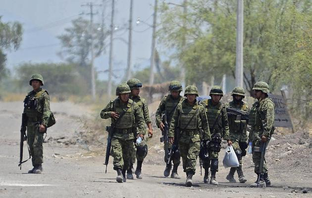 Des soldats mexicains patrouillent dans les rues de Coalcoman, dans l'Etat du Michoacan, le 22 mai 2013 [Alfredo Estrella / AFP]