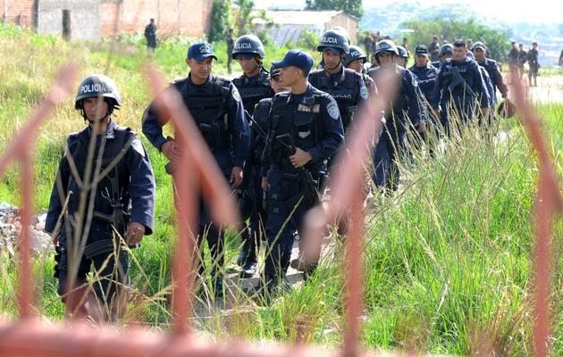 Des policiers honduriens en patrouille dans une zone de Tegucigalpa contrôlée par les gangs, le 31 mai 2013 [Orlando Sierra / AFP]