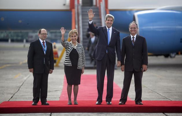 Le secrétaire d'Etat américain John Kerry (2eD) arrive au Guatemala le 4 juin 2013 pour participer à l'assemblée générale de l'Organisation des Etats américains [ / AFP]