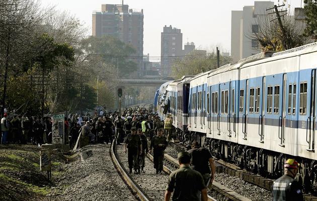 Des secouristes sur les lieux d'une collision ferroviaire à Castelar, à 30 km à l'ouest de Buenos Aires, le 13 juin 2013 [Juan Mabromata / AFP]