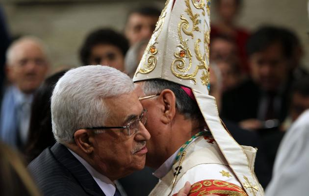 Le président de l'Autorité palestinienne, Mahmoud Abbas, et le patriarche latin de Jérusalem, Mgr Fouad Twal, le 25 décembre 2012 à Bethléem [Abed al-Hashlamoun / Pool/AFP]