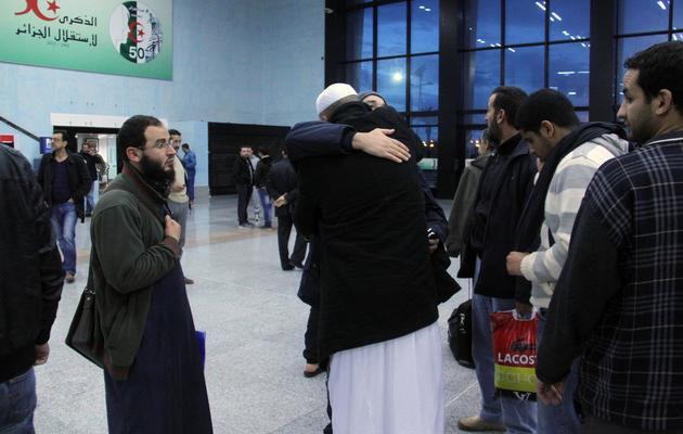 Des otages libérés du site gazier d'In Amenas, en Algérie, embrassent leurs proches à l'aéroport d'Alger, le 18 janvier 2013 [ / AFP]