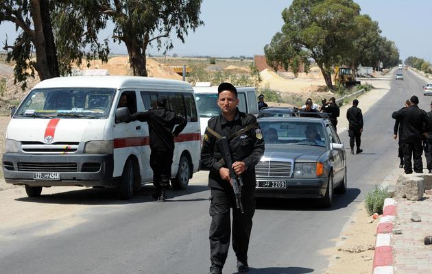 Des membres d'une unité spéciale de la police tunisienne contrôlent des véhicules dans la ville de Kairouan (centre), le 19 mai 2013 [Fethi Belaid / AFP]