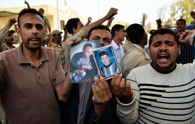 Des Egyptiens manifestent avec des portraits des soldats kidnappés au Sinaï, le 20 mai 2013 à Rafah [Mohamed el-Shahed / AFP]