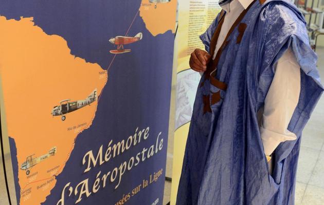 Un visiteur regarde le 14 mai 2013 une carte de l'Aéropostale, dans le musée de Tarfaya, au sud-ouest du Maroc [Fadel Senna / AFP]