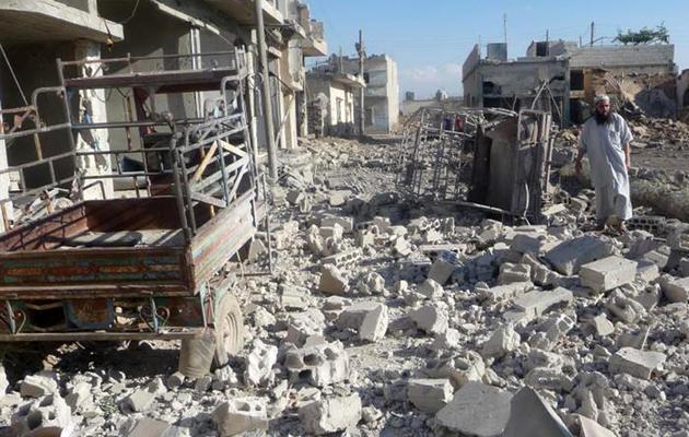 Photo fournie le 22 mai 2013 par  Al-Qusayr Media Centre, d'un homme au milieu des décombres à  Qousseir [- / AFP/ Al-Qusayr Media Centre]