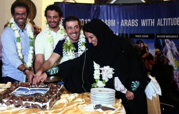 Raha Mouharraq et ses trois compagnons d'escalade (de gauche à droite, l'Iranien Masoud Mohammed, le Qatari cheikh Mohammed ben Abdallah Al-Thani et le Palestinien Raed Zidan) le 26 mai 2013 lors de leur arrivée aux Emirats Arabes Unis de retour du Népal [Marwan Naamani / AFP]