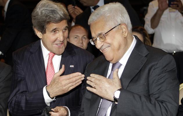 Le secrétaire d'Etat américain John Kerry (g) et le président palestinien Mahmoud Abbas, le 26 mai 2013 à Al-Chounah [Khalil Mazraawi / AFP]