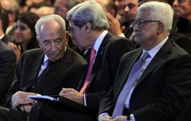 Le secrétaire d'État américain John Kerry (c) discute avec l'Israélien Shimon Peres (g), le 26 mai 2013 à Al-Chounah [Khalil Mazraawi / AFP]
