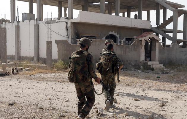 Des soldats de l'armée syrienne patrouillent dans la ville de Qousseir, le 23 mai 2013 [ / AFP]